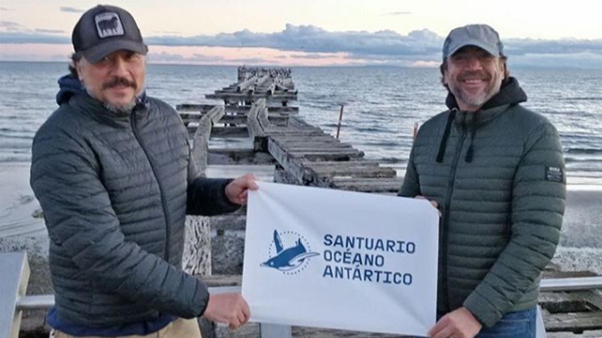 Javier y Carlos Bardem, al inicio de la expedición.