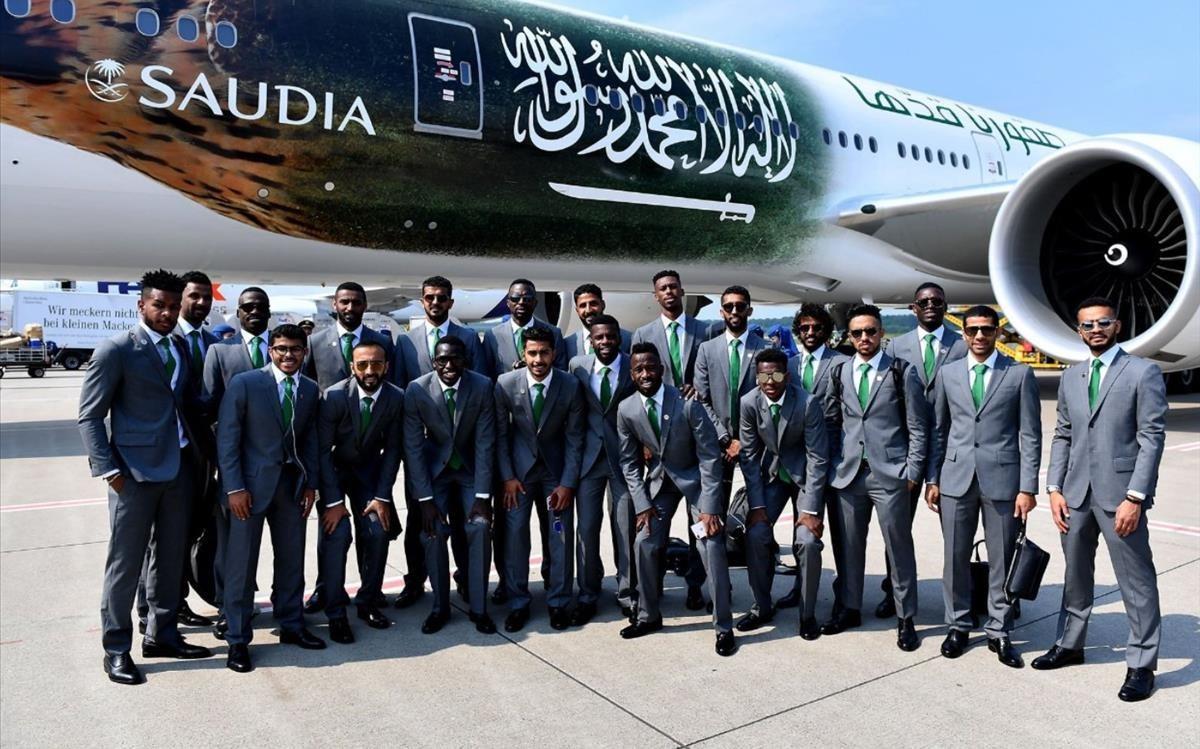 La selección de Arabia Saudí, al pie del avión.
