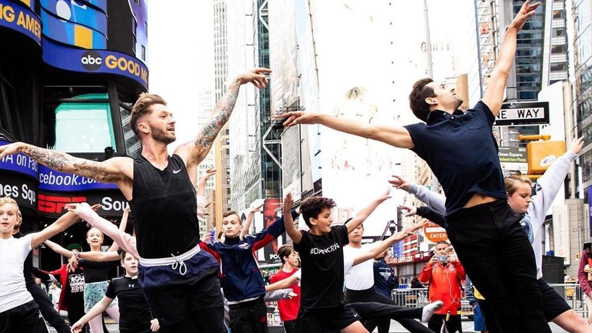 300 ballarins prenen Times Square per defensar les classes de ballet del príncep Jordi