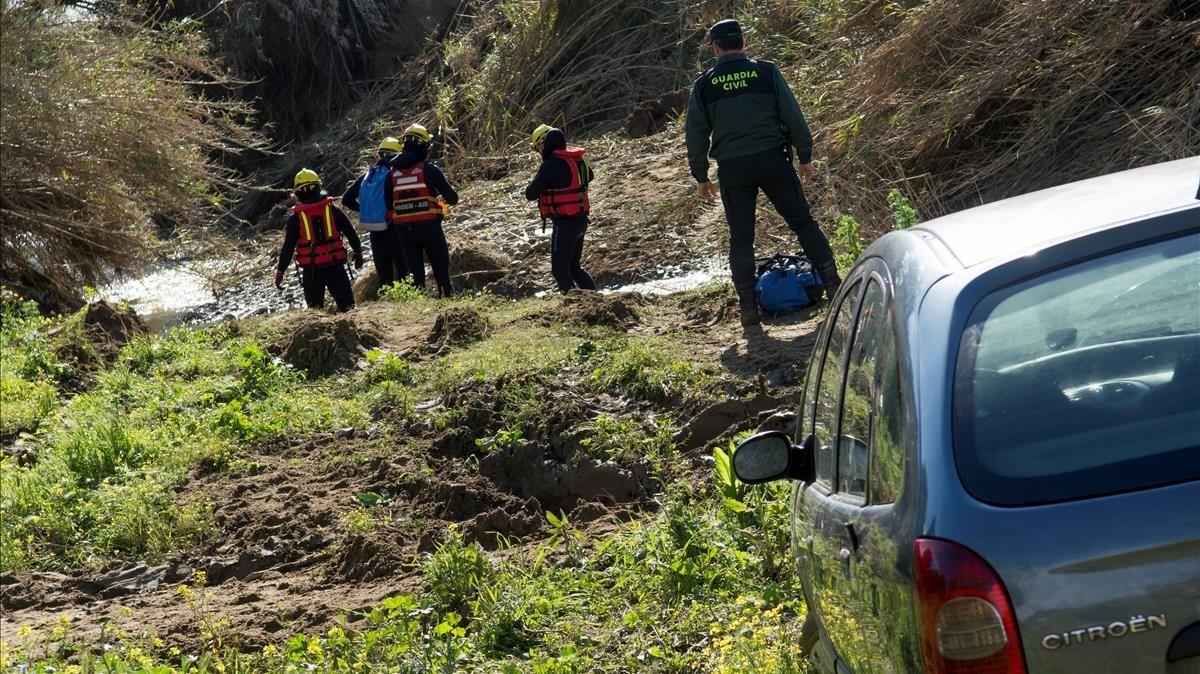 Bomberos, durante las labores de búsqueda en el arroyo donde desaparecio el Guardia Civil de Guillena.