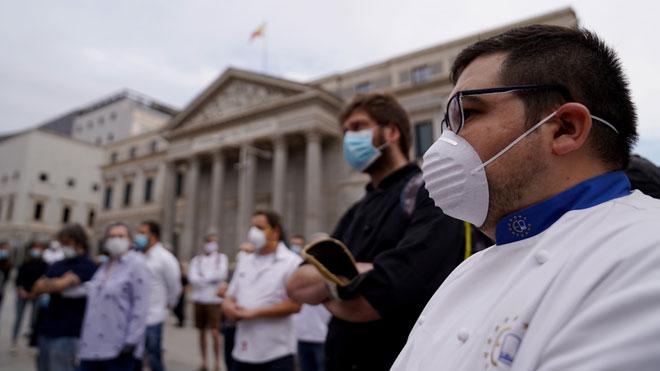 Los chefs españoles se manifiestan ante el Congreso de los Diputados.