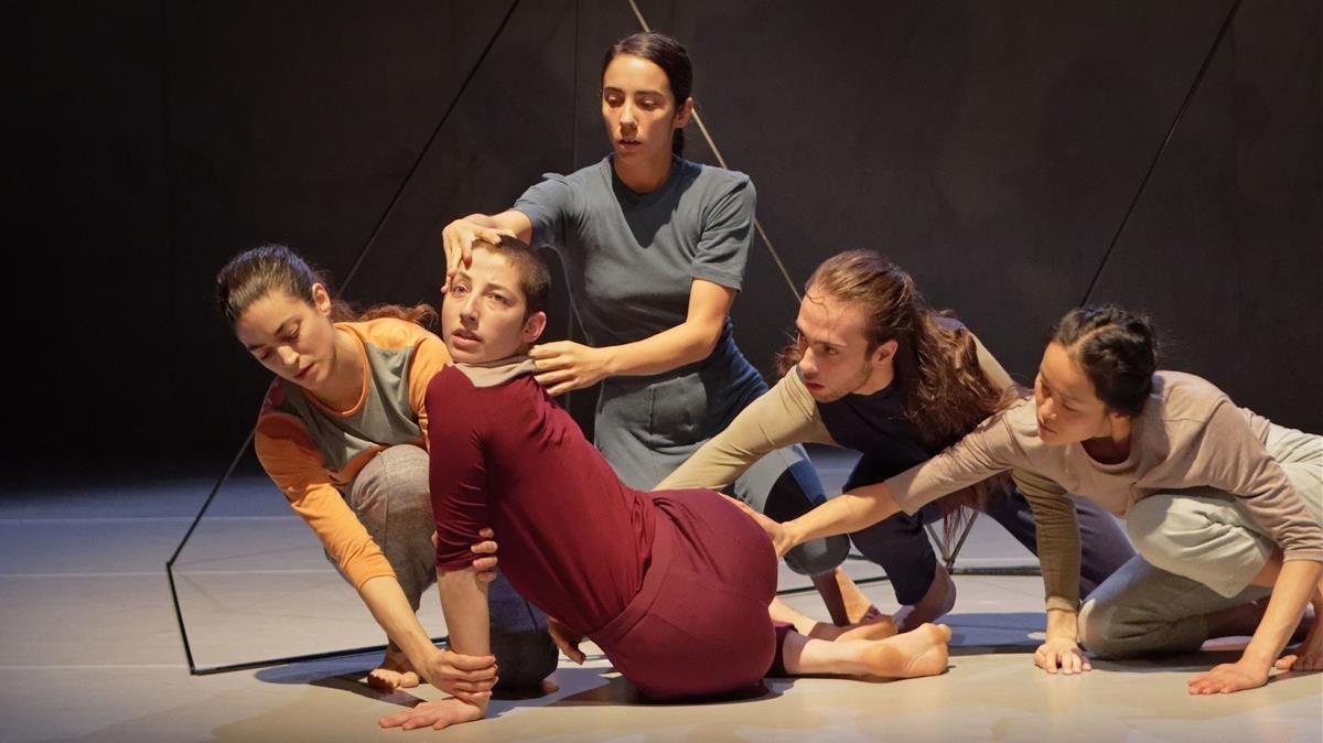 Los cinco bailarines interpretanThree times rebel, de Marina Mascarell. Mercat de les Flors.