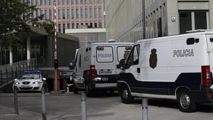 Los detenidos por el caso Estela llegan a la Ciutat de la Justícia.