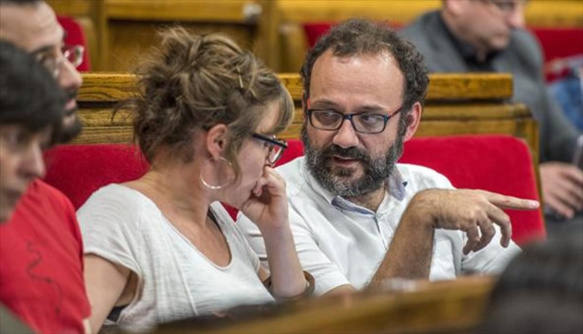 Los diputados de la CUP Mireia Vehí y Benet Salellas, sentados en sus escaños del Parlament.