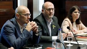 Los diputados de ERC, Raül Romeva, y JxCat, Eduard Pujol, en el Parlament.
