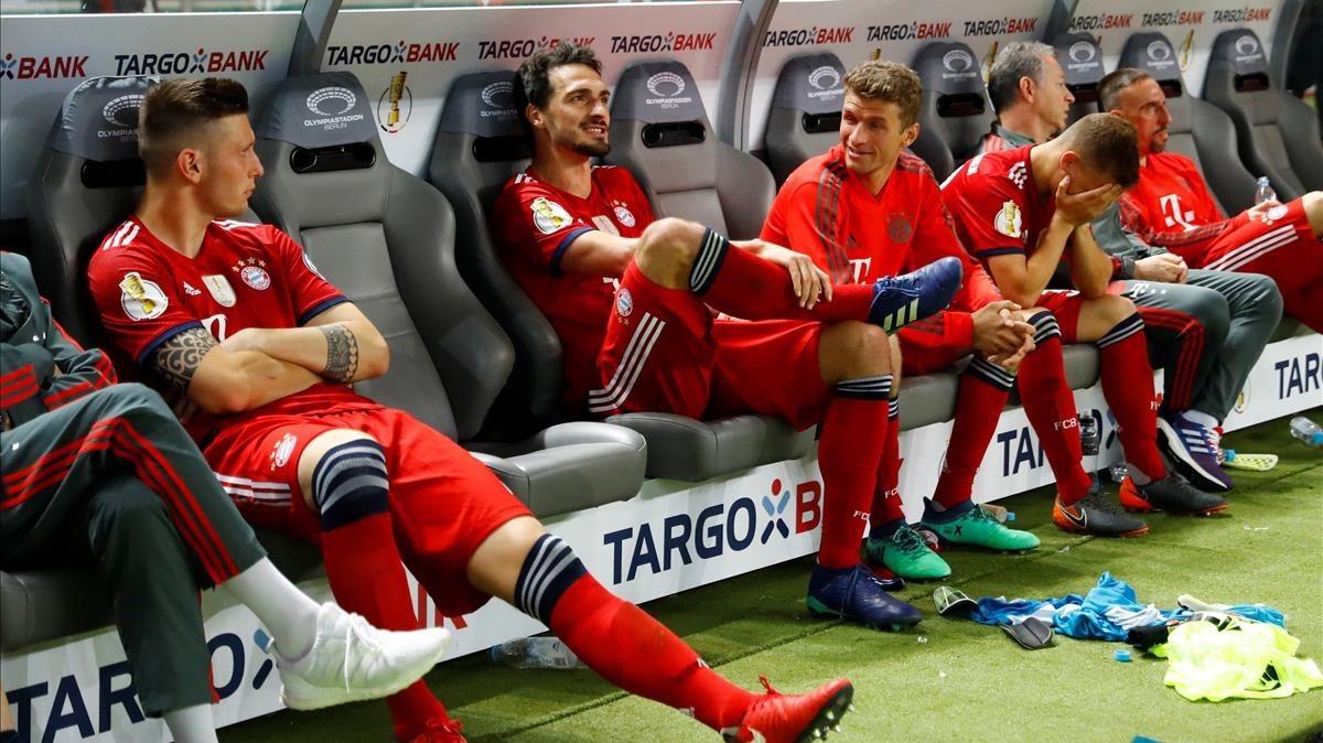 Los jugadores del Bayern Múnich, abatidos tras perder la final de Copa.