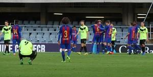 Los jugadores del Eldense y el Barça B, durante el partido disputado el pasado sábado en el Miniestadi.