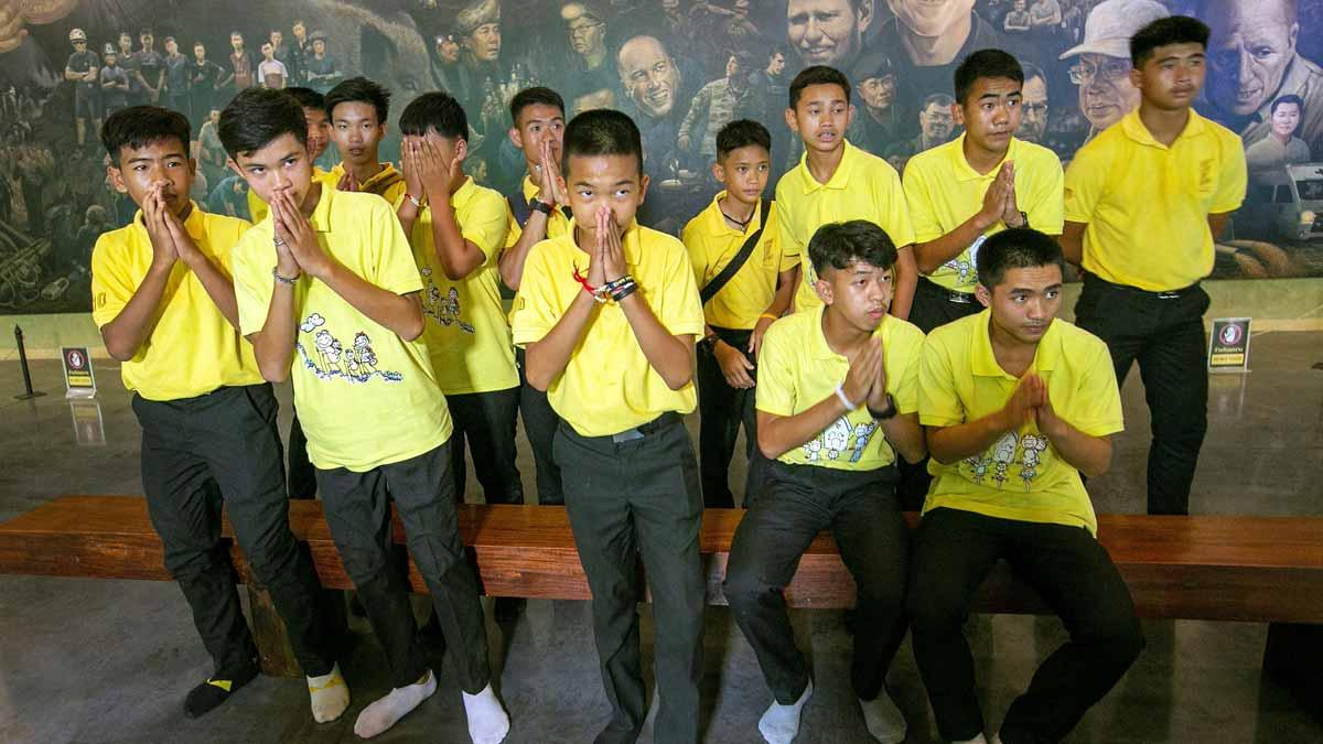 Los niños que quedaron atrapados en la cueva de Tailandia dan las gracias en un ritual budista casi un año después de su rescate.