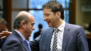Luis de Guindos (izquierda) y Jeroen Dijsselbloem, en Bruselas.