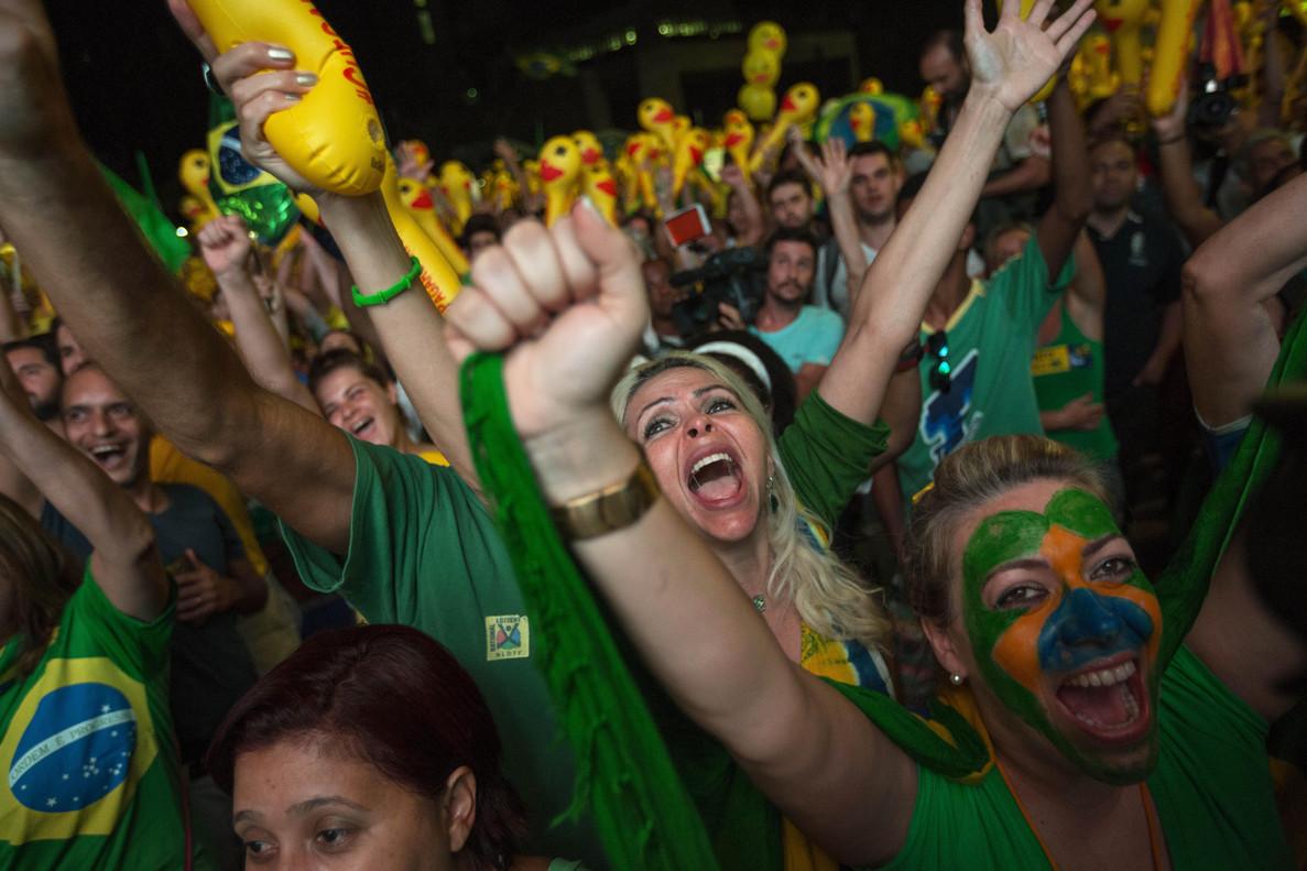 BRA80 SAO PAULO (BRASIL), 17/04/16.- Una multitud celebra hoy, domingo 17 de abril de 2016, la decisión de la Cámara de Diputados de que el proceso que puede llevar a la destitución de Rousseff llegue al Senado, en Sao Paulo (Brasil). El Partido de los Trabajadores (PT), nacido como fuerza obrera y marxista que llegó al Gobierno en 2003 con Luiz Inácio Lula da Silva, ha quedado a un paso del mismo abismo frente al que la Cámara Baja dejó hoy a la presidenta Dilma Rouseff. EFE/ Sebastião Moreira