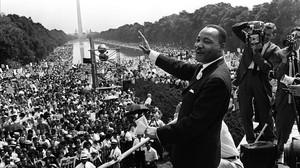 Luther King saluda a sus seguidores en la famosa marcha de Washington, el 28 de agosto de 1963.