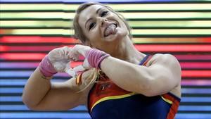 Lydia Valentín dibuja un corazón tras ganar su título europeo en Bucarest.