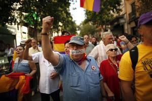 Un grupo de personas se manifiestan a favor de la República y en contra de la Monarquía en el centro de Madrid.
