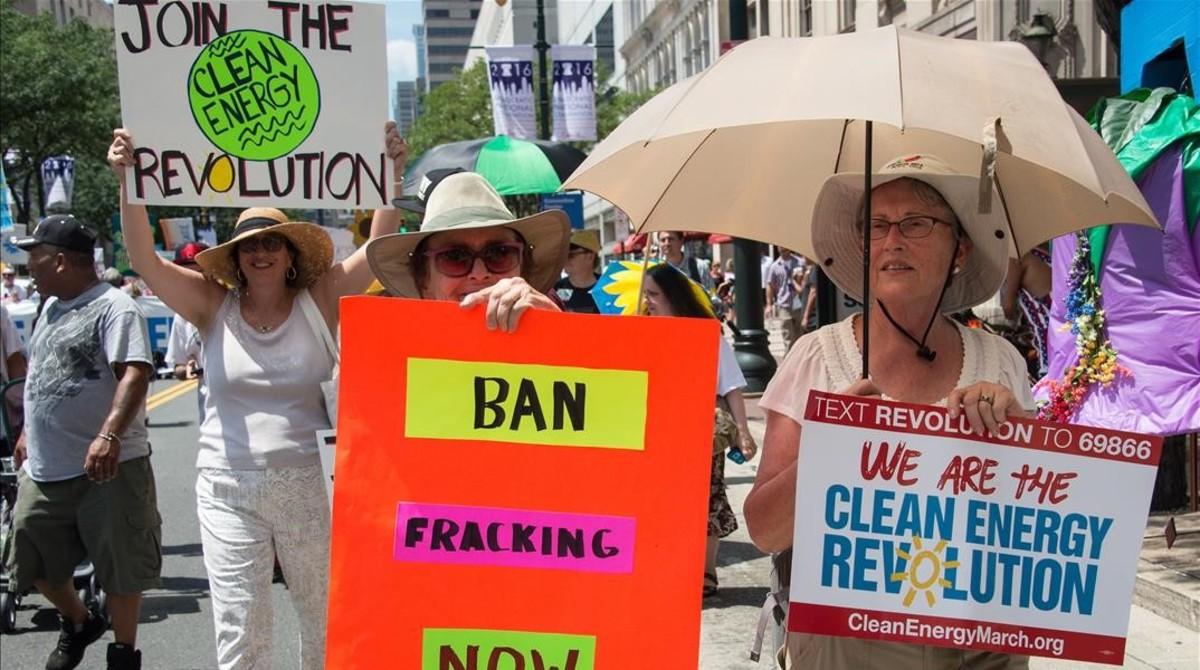 Manifestantes desfilan en una marcha a favor de las energías renovables, en Filadelfia, el 24 de julio.