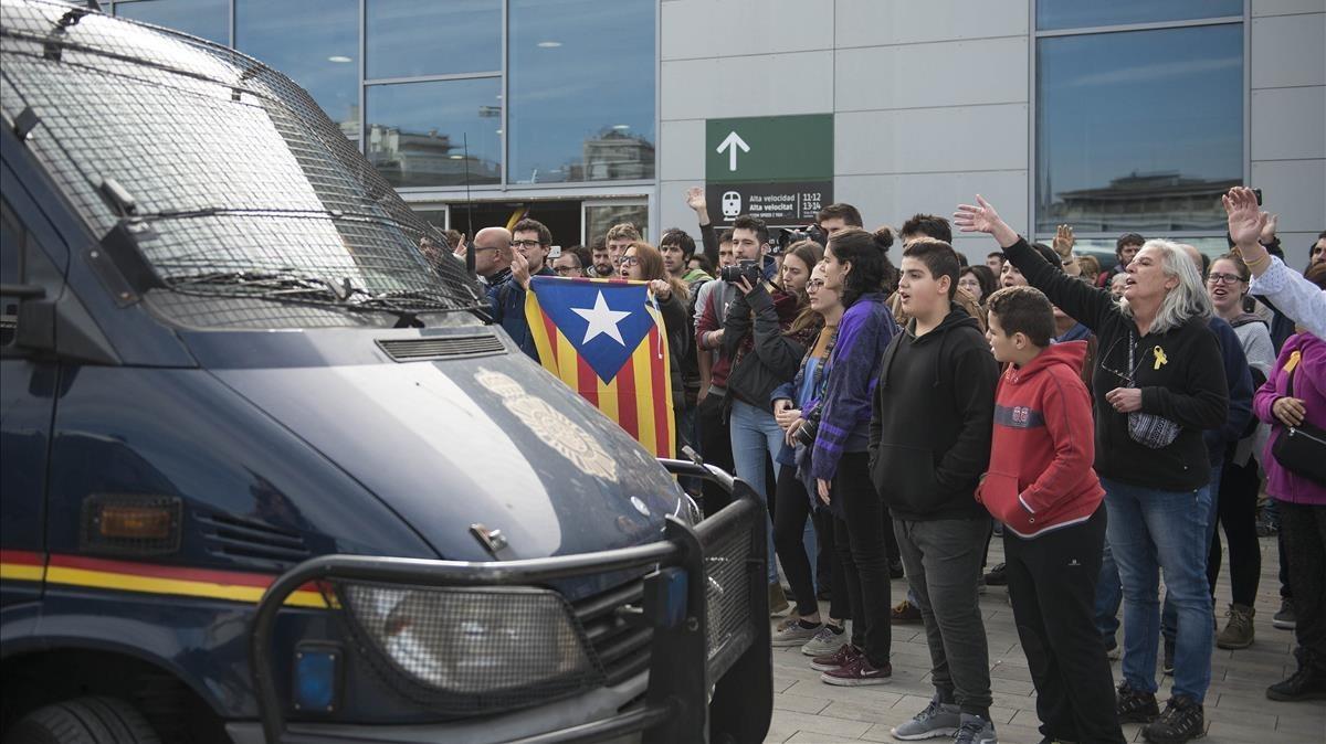 Manifestantes en el exterior de la estación del AVE de Girona.