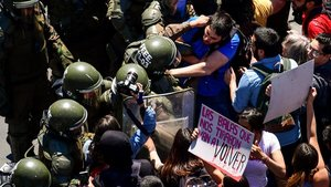 Manifestantes forcejean con la policía frente al Palacio Presidencial de La Moneda en Santiago de Chile.