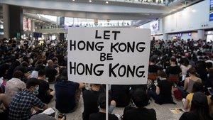 Manifestantes hongkoneses protestan en una sentada en el aeropuerto, este viernes.