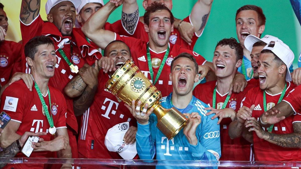 Manuel Neuer alza al cielo de Berlín la Copa conquistada por el Bayern.
