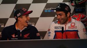 Marc Márquez bromea con el italiano Danilo Petrucci en la conferencia de prensa de hoy en Sachsenring (Alemania).