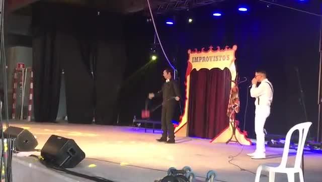 Mario Fernández, haciendo beatbox en uno de sus espectáculos de circo
