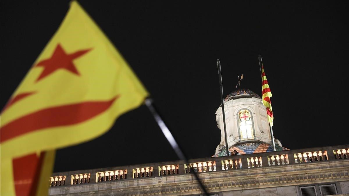 Mástil del Palau de la Generalitat sin la bandera española, este viernes.