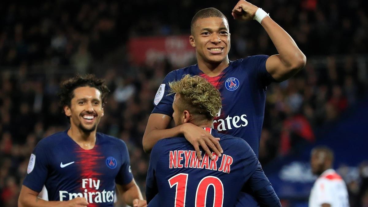 Mbappé celebra uno de sus goles con Neymar.