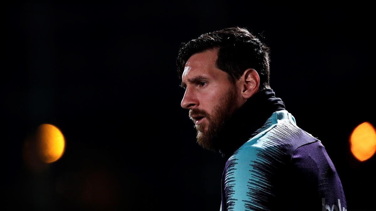 Messi entra en el campo de entrenamiento de la ciudad deportiva de Sant Joan Despí.