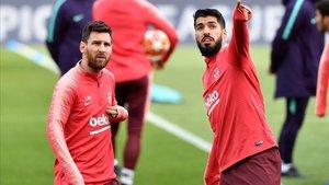 Messi y Suárez, en el entrenamiento de este lunes en Anfield.