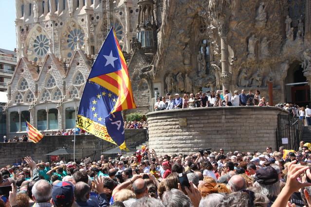 Milers de persones van anar a la Sagrada Família per recolzar el dret a decidir durant la jornada castellera del 8 de juny a Barcelona.
