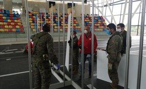 Militares del Ejército de Tierra, en la instalación de un hospital de campaña en Sabadell, este jueves.