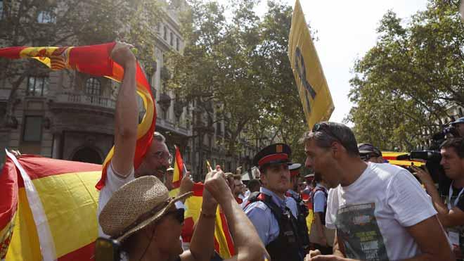Tensió entre manifestants monàrquics i membres dels CDR a la plaça de Catalunya