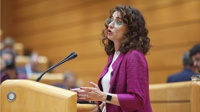 La ministra Montero anuncia que aplicará un tipo mínimo de sociedades del 15 % y un impuesto a la banca.