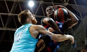 Moussa Diagne, del MoraBanc Andorra, pugna conAdrien Moerman.