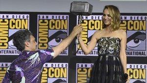 Natalie Portman coge el martillo de Thor, en la Comic-Con de San Diego (EEUU).