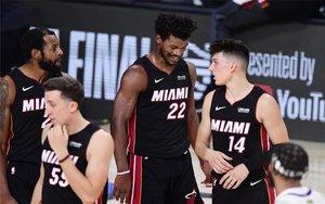 Los jugadores del Miami Heat celebran un trinunfo en las finales de la NBA.