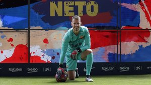 Neto posa en el Camp Nou en su presentación oficial.