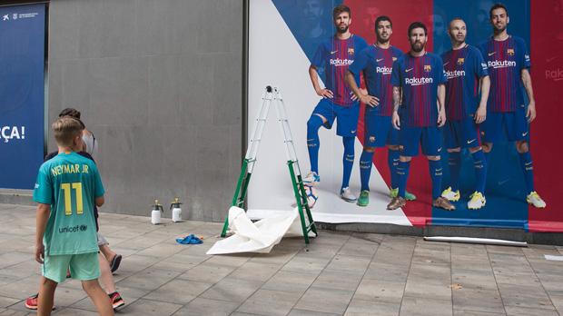 Neymar i el seu pare abandonen Barcelona rumb a París. La nova publicitat sense Neymar jr.