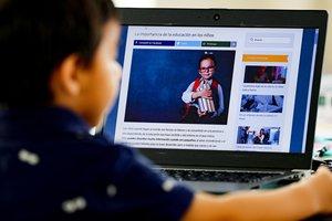 Un niño estudia bajo la modalidad de educación a distancia, tras el cierre masivo de colegios por el coronavirus.