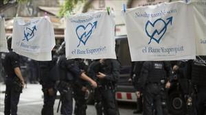Operación de los Mossos en el 'banco expropiado', en Gràcia, el pasado junio.
