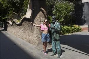 Un selfie de una chica con la estatua de Gaudí, en Manuel Girona.
