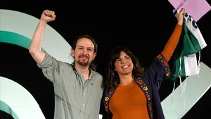 El secretario general de Podemos, Pablo Iglesias, junto a la líder de Adelante Andalucía, Teresa Rodríguez