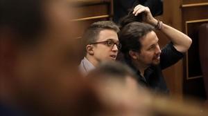 Pablo Iglesias se arregla la coleta mientras escucha el discurso de Sánchez.