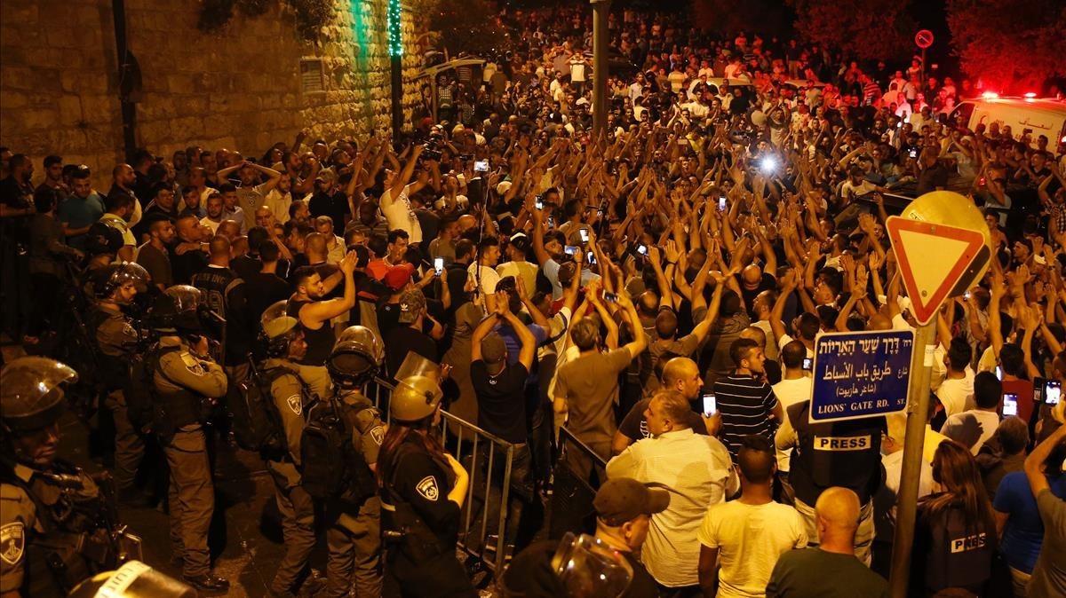 Palestinos celebran cerca del acceso de la Puerta del León a la mezquita de Al Aqsa la retirada de las barreras de seguridad, en Jerusalén, el 27 de julio.