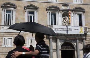 La pancarta a favor de los políticos presos, en el balcón del Palau de la Generalitat.