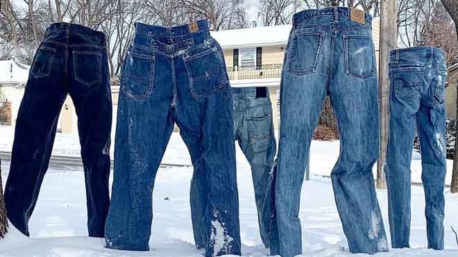 Pantalones vaqueros de hielo en un barrio de Minnesota.