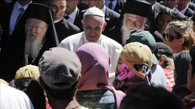El Papa tira piedras en Lesbos
