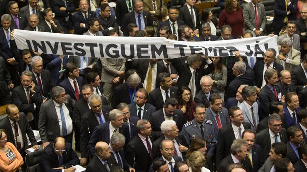 Diputados de la oposición protestan con una pancarta contra Temer, en Brasilia, el 2 de agosto.