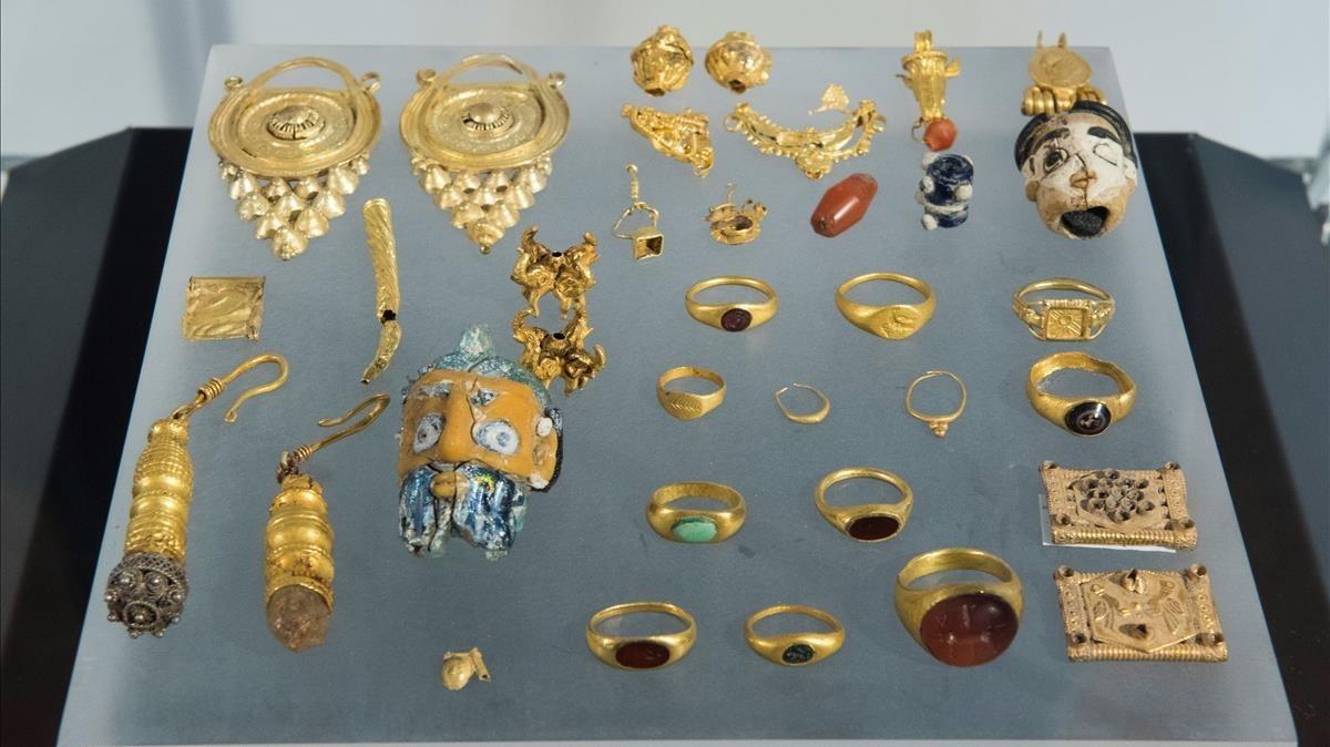 Parte de las 791 piezas saqueadas en yacimientos entregadas al Museo Arqueológico de Sevilla