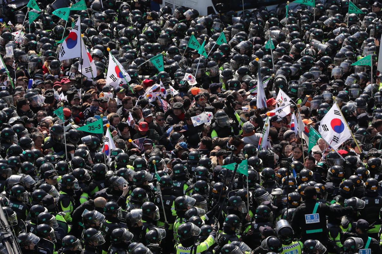 Partidarios de Park Geun-hye protestan frente a la sede del Constitucional, en Seúl.