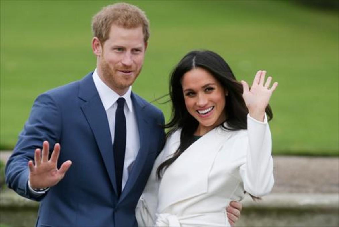 El príncipe Enrique y la actriz norteamericana Meghan Markle, el pasado lunes,ante los fotógrafos en los jardines del palacio de Kensington.